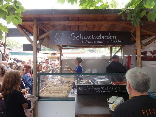 Puesto salchichas mercadillo Mauerpark